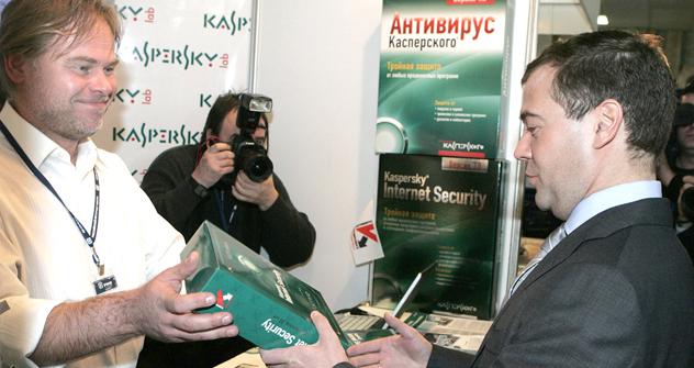2008年、エフゲニー・カスペルスキー(カスペルスキー研究所のCEO)とメドベージェフ大統領 =ロシア通信撮影