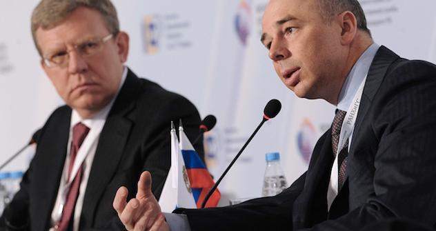 アントン・シルアノフ財務相と元財務相アレクセイ・クドリン =ロシア通信撮影