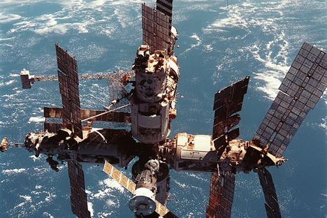 宇宙ステーション「ミール」、1998年  写真提供:NASA