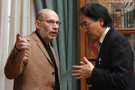 亀山郁夫氏とボリス・アクーニン氏 =ロシア通信撮影