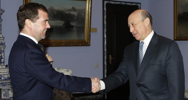 2011年、3月15日。ロシア大統領ドミトリー・メドベージェフ氏とゴールドマン・サックス投資銀行の会長兼CEO、ロイド・C・ブランクファイン氏 =ウラジミル・ロディオノフ/AP通信撮影