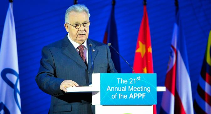 第21回アジア太平洋議員フォーラム(APPF)で演説するヴィクトル・イシャエフ極東開発担当大臣兼極東連邦管区大統領全権代表。先月の1月27日~31日にウラジオストクで開催されたAPPFには、プーチン・ロシア大統領、潘国連事務総長も出席し、各国が国際問題について活発な意見交換を行った。=ユリイ・スメチュック撮影/タス通信