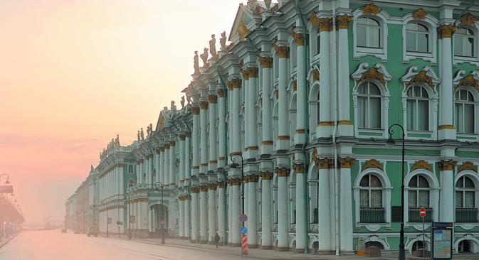 サンクトペテルブルクを代表する壮観なエルミタージュ宮殿。美術館のイメージの陰で多くのドラマが演じられた =Lori/LegionMedia撮影