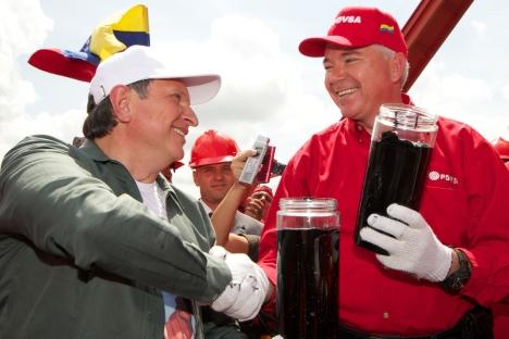 「ロスネフチ」のイーゴリ・セチン社長(左)はベネズエラへの出張の時 =ロシア通信撮影