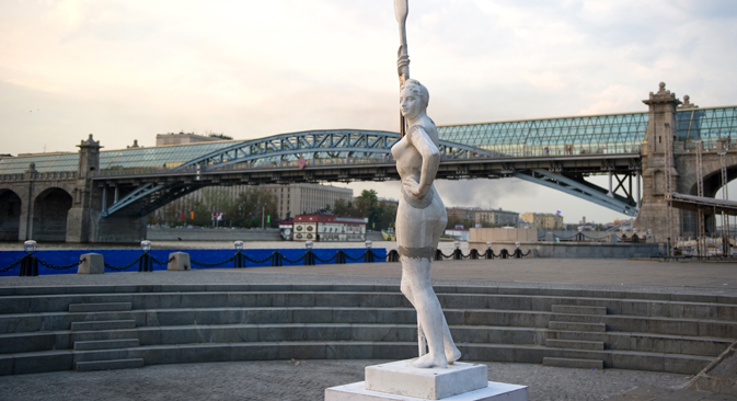 「櫂(かい)を持つ女性」 =ロシア通信撮影