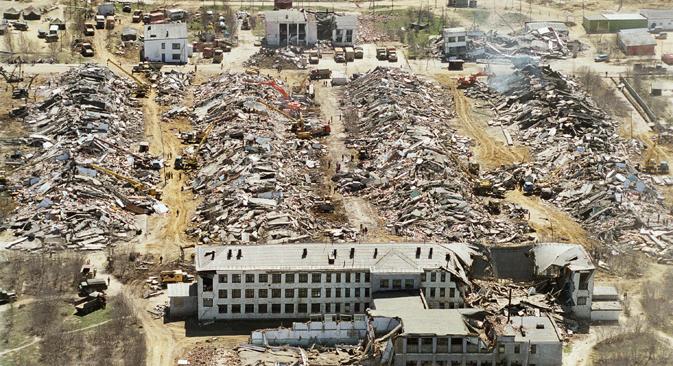 1995年のサハリン北部地震後のネフチェゴルスクの町 =タス通信撮影
