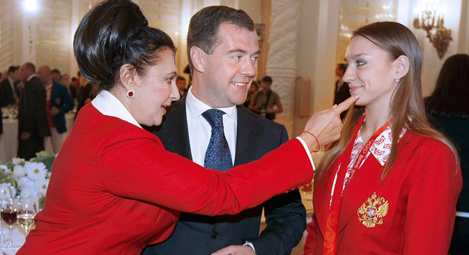 ロンドン五輪の後:エフゲニア・カナエワさん(右)、イリナ・ヴィネルさん(左)とメドベージェフ首相(中) =タス通信撮影