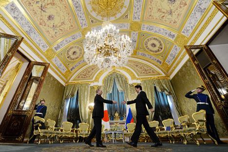 両国首脳は、第二次世界大戦終結以来67年経った今日にいたるまで両国間に平和条約が締結されていないのは異常な状態であり、話し合いを通じて意見の相違を乗り越える必要性が指摘された。=AP撮影