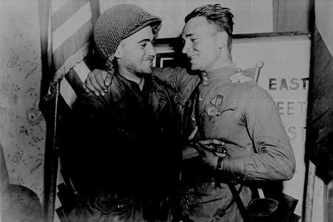 アメリカ軍代表(左)とソ連軍代表が肩を抱き合って、記念写真を撮った、1945年。