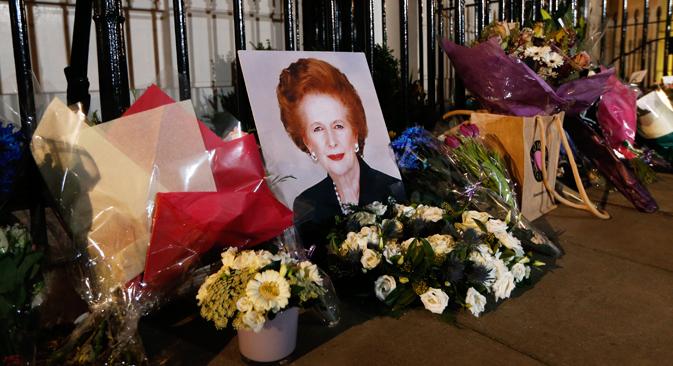 イギリスのマーガレット・サッチャー元首相が8日、脳卒中で死去した。写真はサッチャー元首相の家の前に、ロンドン =AP通信撮影