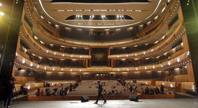新館には、合唱、オーケストラ、バレエのリハーサル用にそれぞれ別のホールが設けられているほか、室内楽用の小ホールも3つある。大ホールのステージは深さ80mもあり、最新技術を装備。=PhotoXPress撮影