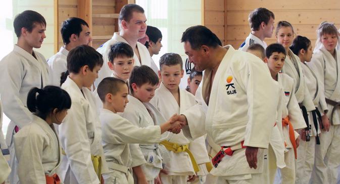 3月17日、サンクトペテルブルクの柔道マスター・クラスで山下氏が臨時の指導を行った =Photoxpress撮影