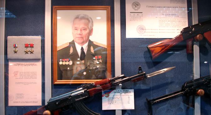 博物館「イジュマシュ」展示品の中には、「I.V.スターリンのために」と刻まれた狩猟用カービン銃、ドラグノフ狙撃銃やカラシニコフ自動小銃の1/3スケール土産用実射モデルなどが展示さ れている。=アレクセイ・カレリスキー撮影