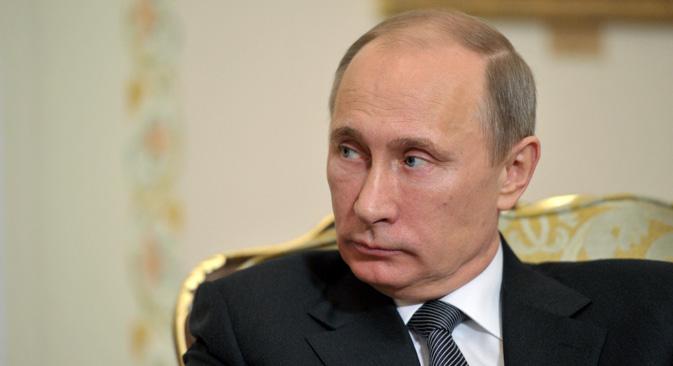 プーチン大統領は、公人、その配偶者、その未成年の子供の、収入・支出申告書の提出手順を定めた2件の大統領令に署名をした。=タス通信撮影
