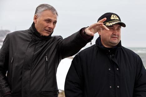 サハリン州のアレクサンドル・ホロシャビン知事(左)とイーゴリ・レヴィチンロシア連邦運輸大臣 =ロシア通信撮影