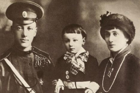 ニコライ・グミリョーフ、レフ、アンナ。