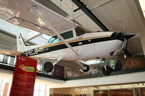 ルスト青年の父は、ビジネスマンでセスナ機を西独で販売していた。写真はセスナ172B。