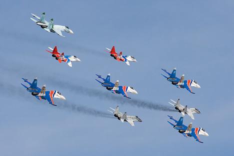 ルースキエ・ヴィーチャズィのスホーイ27と編隊飛行を行うストリージのミグ29=写真提供:Dmitry A. Mottl