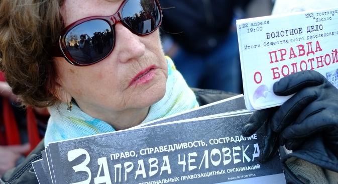 野党のリーダー、アレクセイ・ナヴァリヌイ氏を支持する集会に参加した女性。ポスターには「人権を守れ!」とある。ナヴァリヌイ氏は、国営の材木製造会社「キロフレス」に対する横領の疑いで起訴されている。=アンドレイ・ステーニン撮影/ロシア通信