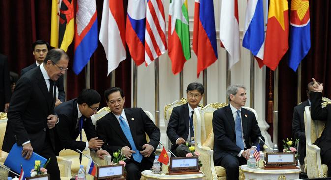 ベトナムのグエン・タン・ズン首相が、ASEAN(東南アジア諸国連合)グローバル対話会議に出席のため訪れたロシアのラヴロフ外相と言葉を交わす。この会議の議題は、中国との領土問題への対応や、貿易の発展、政治関係強化など。=AFP PHOTO/クリストフ・アーシャンボウ撮影