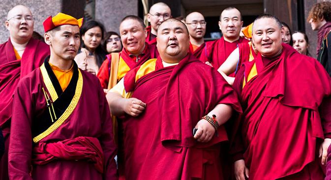 サンクトペテルブルクの仏教寺院「グンゼチョイネイ・ダツァン」では、仏陀の誕生日、悟り、涅槃に入った日を祝う準備をしている =the Village紙 / エゴル・ロガリョフ撮影