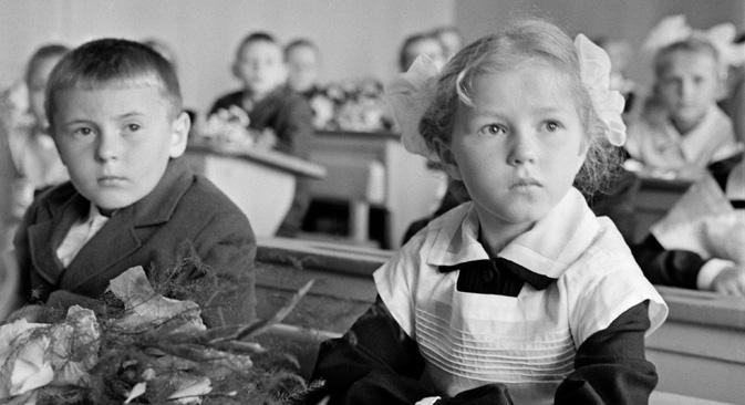 ロシアでは、全国標準の学校制服が1992年に廃止された。=タス通信撮影