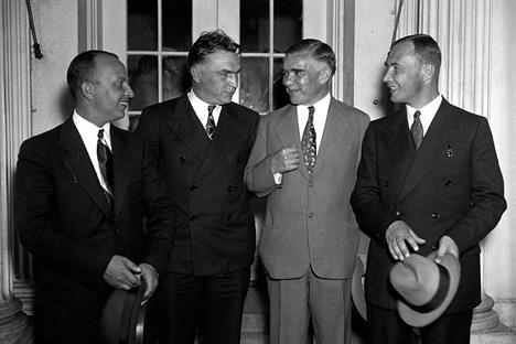ワレリー・チカーロフ、ゲオルギー・バイドゥコフ、アレクサンドル・ベリャコフ、1937年。