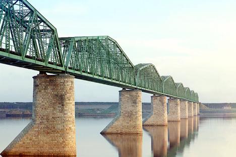 ペルミでカマ川を渡るシベリア鉄道の鉄橋 写真提供:アメリカ議会図書館 / セルゲイ・プロクジン=ゴルスキー撮影