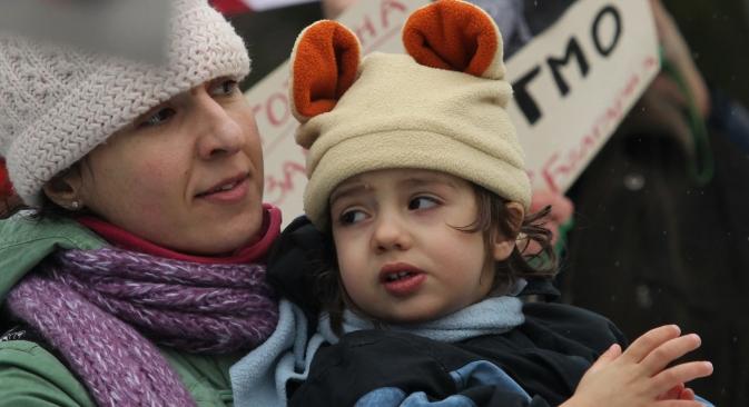 ブルガリアの首都ソフィアの住民が、遺伝子組み換え生物(GMO)に抗議するピケを行った。=AP通信撮影