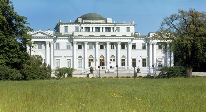 ネヴァ川の中州で美しい離宮があるエラーギン島で、豪華なサンクトペテルブルク知事主催の歓迎会が催される =ロシア通信撮影