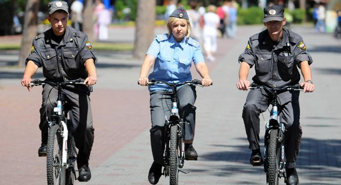 モスクワ市南西部では6月に入ってから、特別な自転車部隊が活動を始めている =タス通信撮影