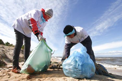 現代美術フェスティバルの参加者はバイカル湖のオリホン島に残したゴミからピラミッドをつくろうとしている =PhotoXPress撮影