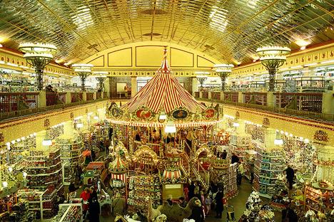 モスクワ市ルビャンカ広場にある有名な玩具店「子供の世界」 写真提供:genue.luben / flickr.com