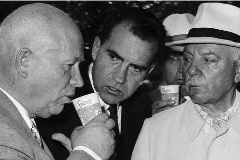 フルシチョフとニクソンは、様々な展示場で話し合ったが、とくに、アメリカ製のキッチンのモデル会場で盛り上がり、資本主義と共産主義の優越性をめぐって激論を戦わした。