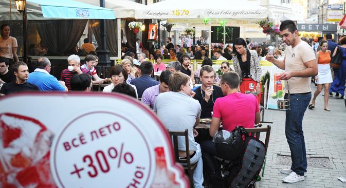 モスクワでは人口1570人に対してカフェまたはレストランが1店舗ある計算になる。このような現状を変えようと、モスクワ市政府は飲食発展構想を作成した。 =タス通信撮影