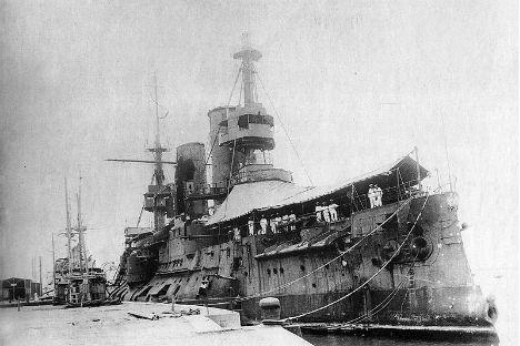 1904年夏、青島に逃れた太平洋艦隊の旗艦ツェサレーヴィチ。