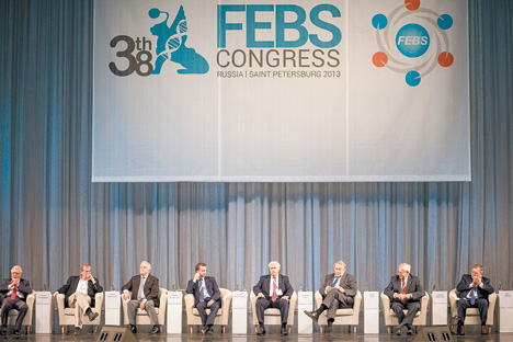 会議に出席した著名な科学者たち=スコルコボ基金提供
