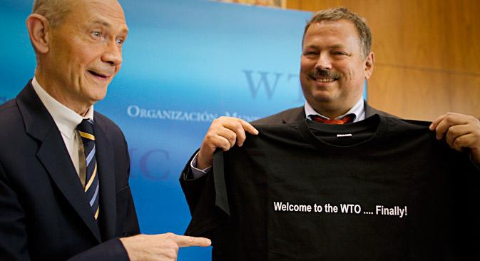 パスカル・ラミーWTO事務局長とロシアの経済開発貿易省貿易交渉局のマクシム・メドヴェドコフ局長(右) =AP通信撮影