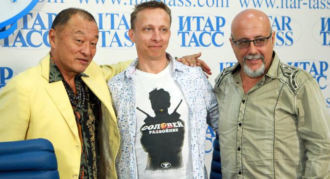 ケイリー・ヒロユキ・タガワ(田川洋行)とロシアの俳優イワン・オフロブィスチン(中) =PhotoXPress撮影