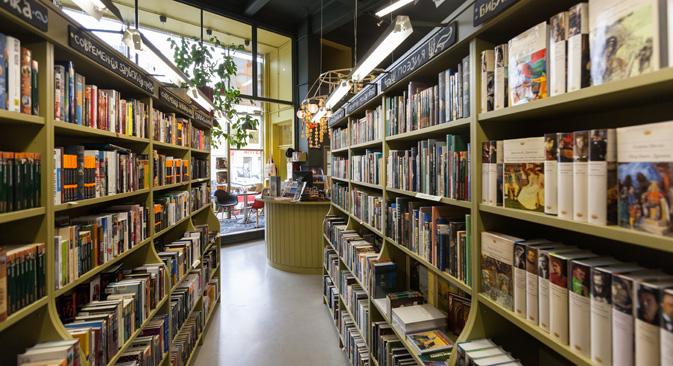 インターネット、デジタル化の普及で、書籍や読書習慣をめぐる環境が変化してきている。写真はサンクトペテルブルク市に新装開店した書店。電子書籍に顧客が奪われている=ドミートリー・ツィレンシコフ撮影