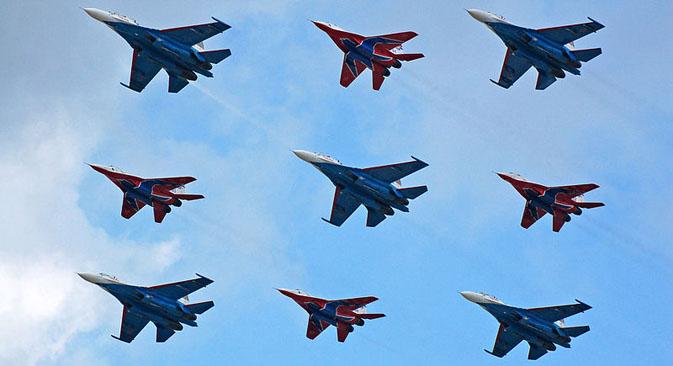 ロシア空軍の顔であるアクロバット飛行隊「ルースキエ・ビーチャジ」(ロシアの勇者たち)」と「ストリジー(アマツバメたち)」、2007年 写真提供:wikipedia.org