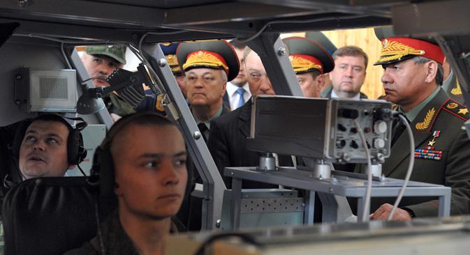 セルゲイ・ショイグ国防相は7月末、新たな軍事用ロボットのサンプルを見学。=コメルサント紙撮影