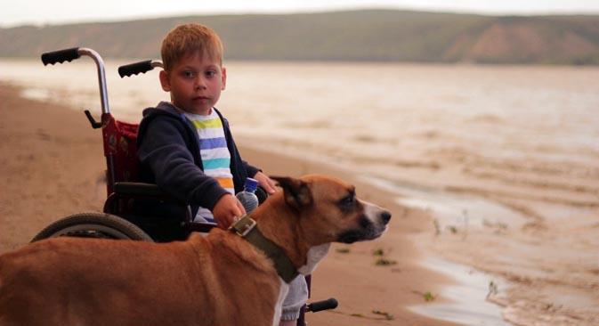 「今は毎日何か新しいことを学んでる。普通の家の子供が小さな頃から知っている世界の現実を、少しずつ知るようになっているの」 写真提供:http://www.pravmir.ru/