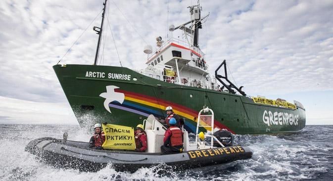 9月24日に、ペチョラ海で拘束した環境保護団体グリーンピースの活動家30人を、「海賊行為」で告発した=タス通信撮影