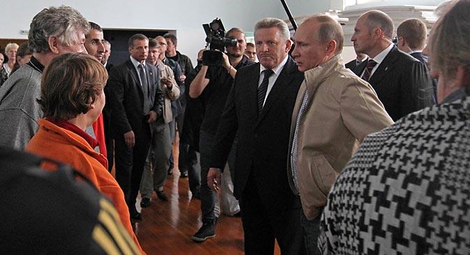 プーチン大統領がロシア極東の被災地を訪問した後、極東連邦管区大統領全権代表兼極東発展相のヴィクトル・イシャエフ氏が解任された。新たに大統領全権代表となったのは、ユーリ・トルトフネフ大統領補佐官。=セルゲイ・くくシン撮影/ロシア新聞