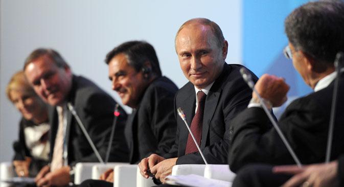 プーチン大統領は会議の最終日に、シリア情勢、ロシアの統一地方選、今後の大統領選への出馬の可能性などについて語った=ロシア通信撮影