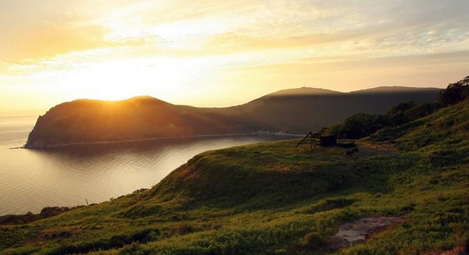 プチャーチン島のさらに沖合にある、蹄鉄型のアスコリド島へのアクセスは簡単ではないが、島にはそれなりの歴史がある =shamora.info/Ася-А撮影