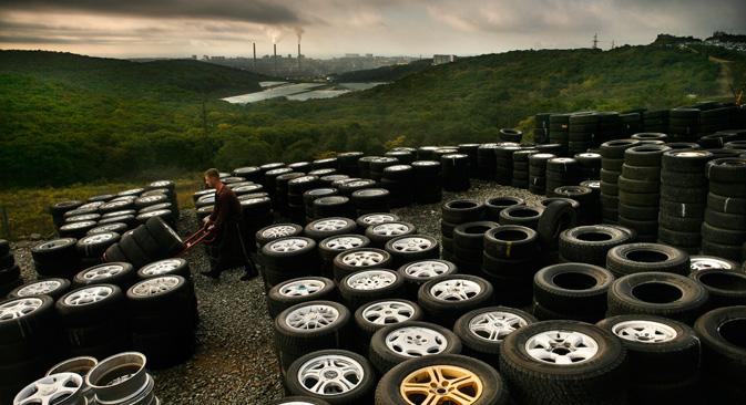 ウラジオストクの郊外にある「グリーンコーナー」と呼ばれる広大な日本車中古市場。その一角にはさまざまな車種に適合するタイヤが野積みされている=Getty Images/Fotobank