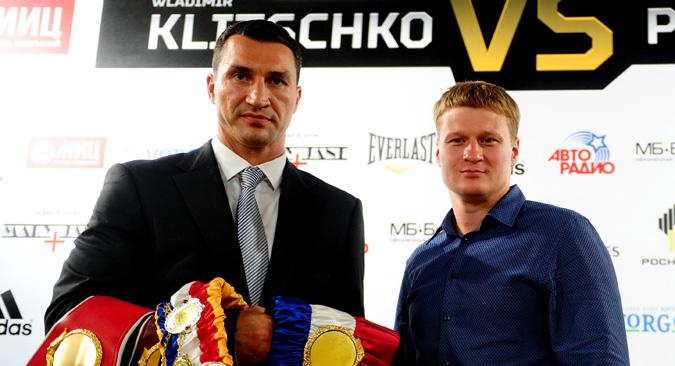 ウラジーミル・クリチコ(左側)とロシアのアレクサンドル・ポヴェトキン=タス通信撮影