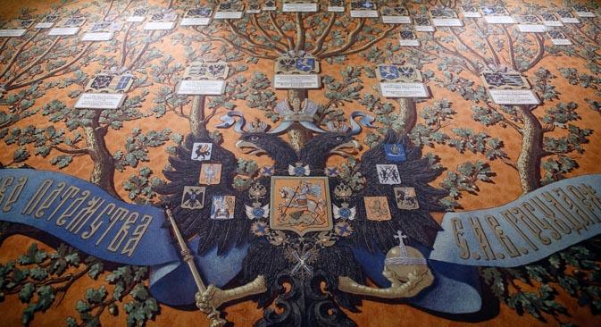 社会学者らはこの現象を、国民の間で君主国の過去に対する思いが強まっている証だと考えている。写真はロシア帝国の国章=ルスラン・スフシン撮影